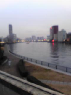 聖路加タワーと隅田川